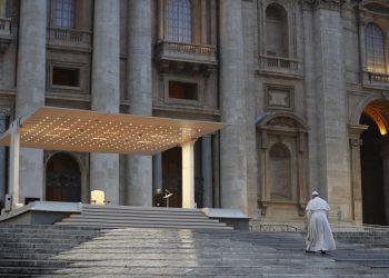 O Papa Francisco entrega uma bênção extraordinária 'Urbi et Orbi' - normalmente dada apenas no Natal e na Páscoa - de uma Praça de São Pedro vazia, como resposta à pandemia global da doença por coronavírus (COVID-19), no Vaticano, em 27 de março de 2020.